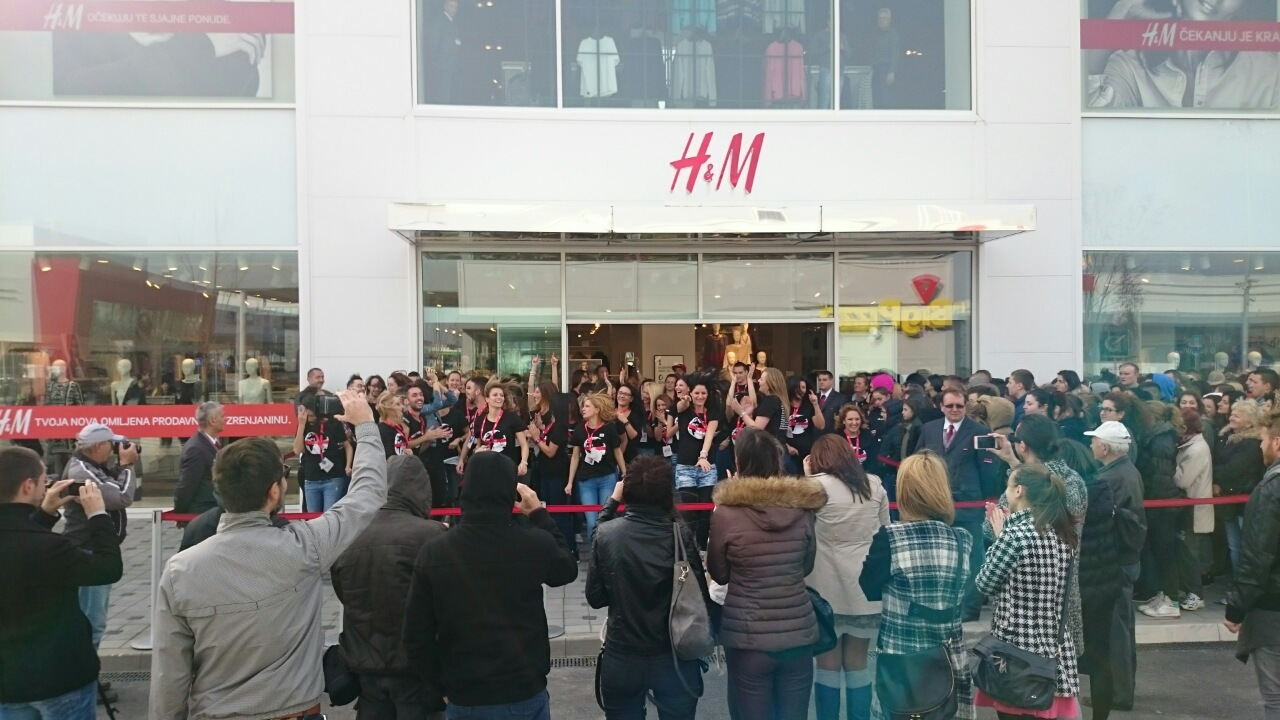 opening H&M at 9 am (1)